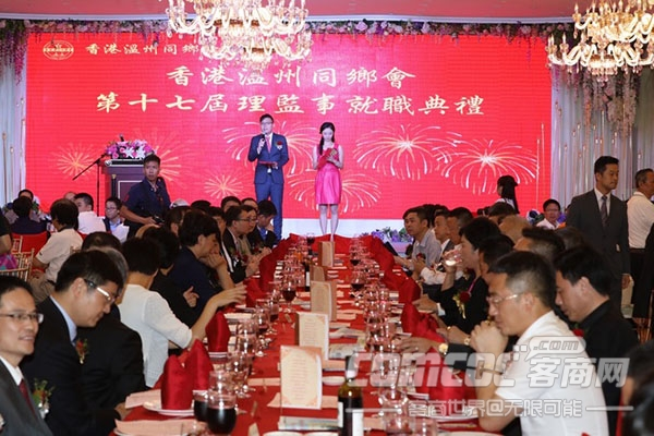 千名在港�刂萑她R�歌唱祖��燃爆香江,共�c香港回�w20周年!